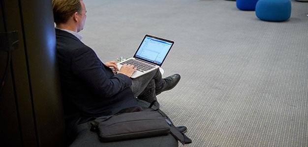 Computer_GlobalLookPress_Robert_Schlesinger