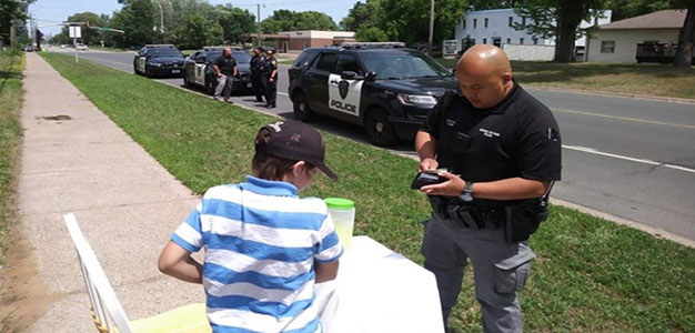 Police Officers Help Out 9-Year-Old's Lemonade Stand After He Was Robbed…