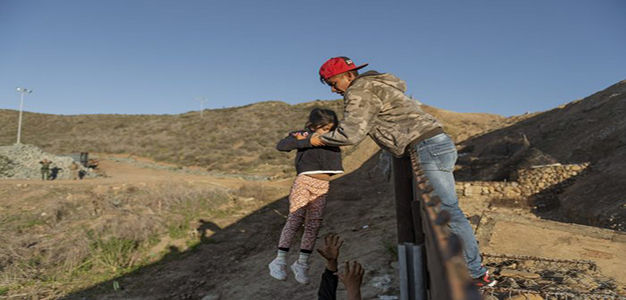 Migrants_Border_Wall_AP_Daniel_Ocha_de_Olza