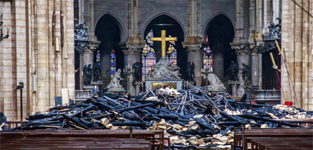 Notre_Dame_Fire_Altar_Cross